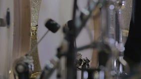 Барабанщик стучает ногой снятой с слайдером акции видеоматериалы