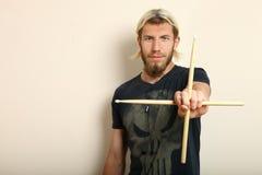 Барабанщик с drumsticks Стоковая Фотография RF