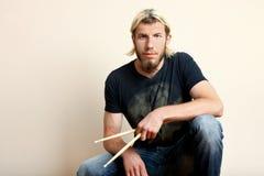 Барабанщик с drumsticks Стоковые Изображения RF