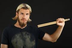 Барабанщик с drumsticks Стоковое Изображение RF