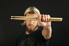 Барабанщик с drumsticks Стоковое фото RF