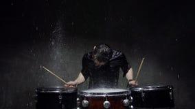 Барабанщик фотосессии сумасшедший в дожде сток-видео