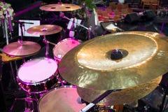Барабаньте примечаниями набора и музыки в студии концерта стоковые фото
