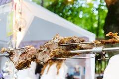 Баранья нога зажаренная в духовке на вертеле, барбекю мяса Стоковые Фото