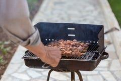 Барбекю и дым частей цыпленка протыкальника стоковое фото