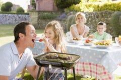 барбекю наслаждаясь семьей Стоковые Изображения