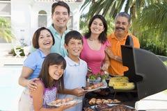 барбекю наслаждаясь семьей Стоковые Фото
