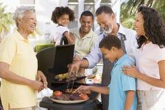 барбекю наслаждаясь семьей Стоковое фото RF