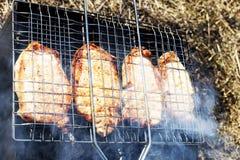 Барбекю на гриле, гриль в дыме стоковое изображение rf