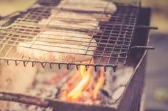 Барбекю на нагом пламени/сосисках барбекю зажарено на меднике, выборочном фокусе стоковое фото rf