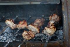 барбекю подготовлено на гриле стоковые изображения rf