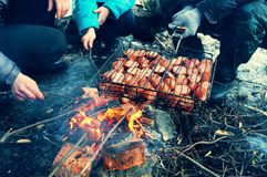 Барбекю сосисок на открытом воздухе! Стоковая Фотография