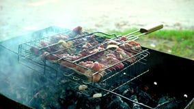 Барбекю с очень вкусным зажаренным мясом на гриле Мясо барбекю зажаренная решетка гриля Зажаренные мяс outdoors акции видеоматериалы