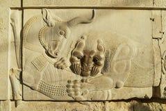 Барельеф быка и льва на руинах Persepolis в Ширазе, Иране Стоковое фото RF