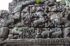 Барельеф древнего храма высекаенный камнем в Angkor Wat Бог Hinduist в крупном плане барельеф экипажа Висок Angkor Wat стоковая фотография rf