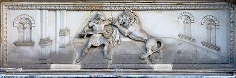 Барельеф римского ратника воюя льва Стоковые Фотографии RF