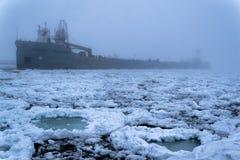 Баржа во время тумана в Lake Michigan Стоковое Фото