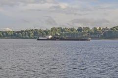 Баржа на Реке Волга в Kostroma стоковое изображение rf