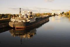 Баржа на Реке Волга природа осени голубая длинняя затеняет небо Стоковое Изображение