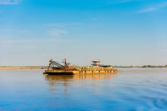 Баржа на реке Irrawaddy, Bagan груза, Мьянма, Бирма Скопируйте космос для текста стоковые изображения