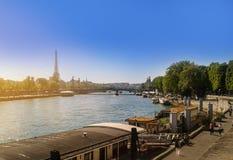 Баржа на Сене в Париже Красивые шлюпки которые служат как снабжение жилищем на Реке Сена в Париже Стоковое Изображение