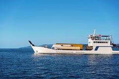 Баржа принимая продтовары к барьерному рифу островов Whitsunday большому стоковые изображения rf