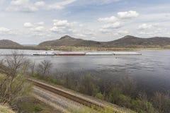Баржа реки Миссисипи весной Стоковые Изображения