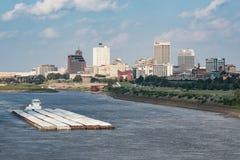 Баржа реки проходя горизонт Мемфиса Теннесси Стоковые Изображения
