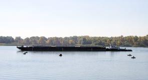 Баржа с плаванием буксира вдоль реки Стоковые Изображения
