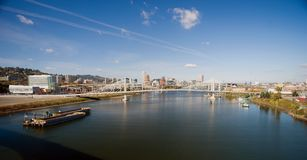 Баржи реки Willamette моста Портленда панорамного взгляда стоковое изображение rf