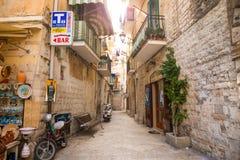 Бари, Италия - 5 05 2018: Взгляд узкой солнечной улицы в городе Бари Стоковое Фото
