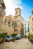 Бари, Италия - 5 05 2018: Взгляд узкой солнечной улицы в городе Бари Стоковые Фото