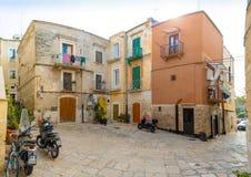 Бари, Италия - 5 05 2018: Взгляд узкой солнечной улицы в городе Бари Стоковые Изображения RF