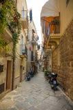 Бари, Италия - 5 05 2018: Взгляд узкой солнечной улицы в городе Бари Стоковые Изображения