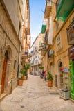 Бари, Италия - 5 05 2018: Взгляд узкой солнечной улицы в городе Бари Стоковая Фотография