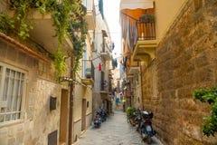 Бари, Италия - 5 05 2018: Взгляд узкой солнечной улицы в городе Бари Стоковое Изображение RF