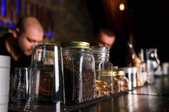 2 бармена быстро работая Стоковое фото RF
