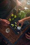 Бармены подготавливая освежая новый коктеиль Стоковые Фотографии RF
