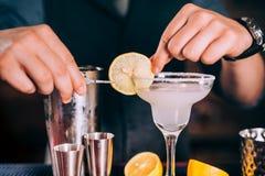 Бармен вручает подготавливать коктеиль маргариты в причудливом стекле на ночном клубе Стоковое Изображение