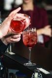 Бармен делая освежая розовое coctail с розой на верхней части Стоковые Изображения RF