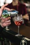 Бармен делая освежая розовое coctail с розой на верхней части Стоковое Изображение
