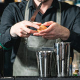 Бармен делая расслабляющее coctail на предпосылке бара Стоковая Фотография RF