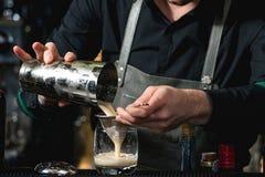 Бармен делая расслабляющее coctail на предпосылке бара Стоковое Фото