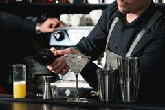 Бармен делая расслабляющее coctail на предпосылке бара Стоковое Изображение