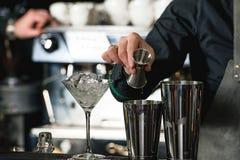Бармен делая расслабляющий коктеиль Стоковая Фотография RF