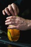 Бармен делая расслабляющий коктеиль Стоковое Фото