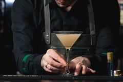 Бармен делая расслабляющий коктеиль Стоковое Изображение RF