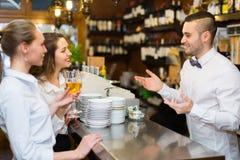 Бармен и 2 девушки на баре Стоковое Фото