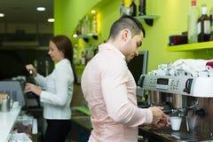 Бармен и barista работая на баре Стоковое фото RF