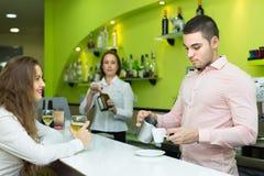 Бармен и barista работая на баре Стоковые Фотографии RF
